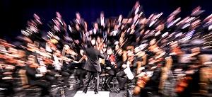 هنرنمایی رهبر ارکستر روسی در حضور کم تعداد تماشاگران ایرانی